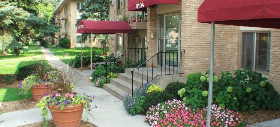 Villa Del Coronado Apartments in Brooklyn Park MN - Villa Del Coronado offers spacious 1 and 2 bedroom apartment homes in Brooklyn Park